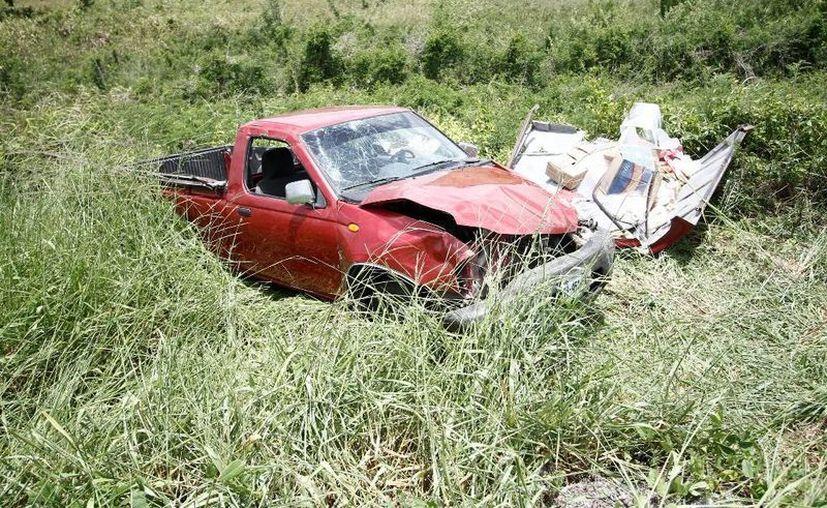 El cuerpo del conductor quedó debajo de la camioneta y la grúa tuvo que hacer maniobras para poder sacarlo. (Redacción/SIPSE)