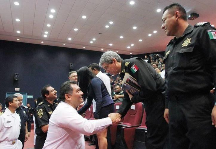 El secretario de Gobierno, Víctor Caballero, saluda a algunos oificiales. (Milenio Novedades)