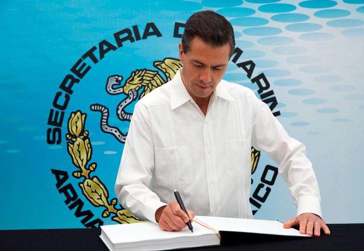 El presidente Enrique Peña Nieto recupera paulatinamente su popularidad; en la imagen, durante la ceremonia del Día de la Armada, en el puerto de Veracruz, el 23 de noviembre de 2015. (Foto Notimex)