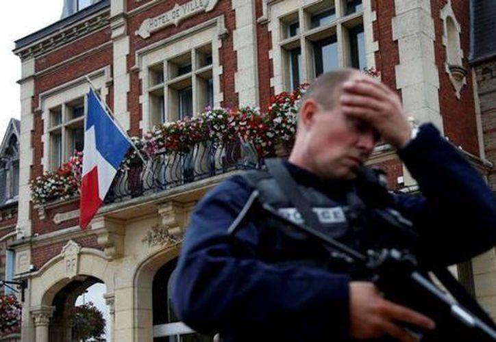 Esas personas, nueve hombres y una mujer, fueron arrestadas en el sureste de Francia y en la región de París. (Reuters)