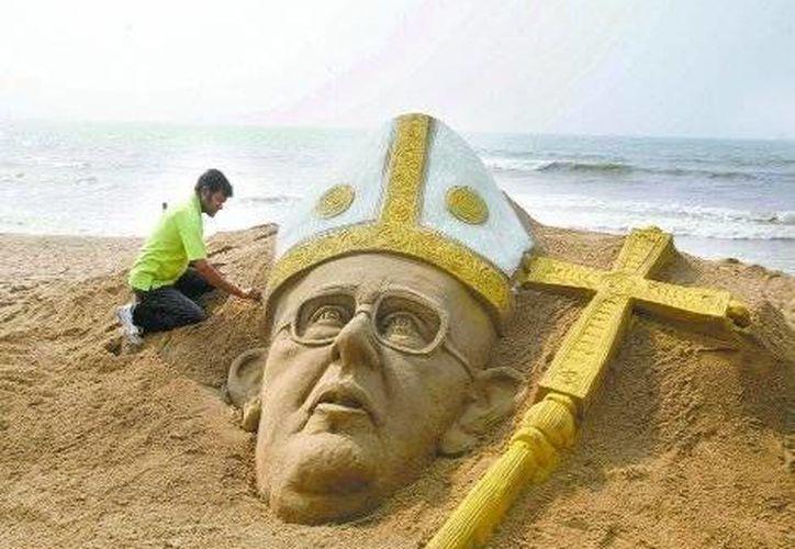 El artista Sudarshan Pattnalk hizo una escultura del nuevo pontífice en Bhubaneswar, India. (Milenio)