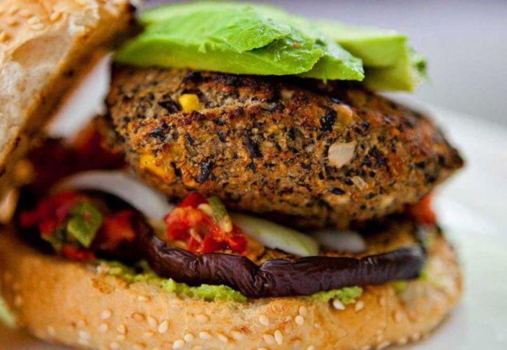 Una hamburguesa vegana suele estar hecha con diferentes granos para simular la carne. (recetasveganas.es)