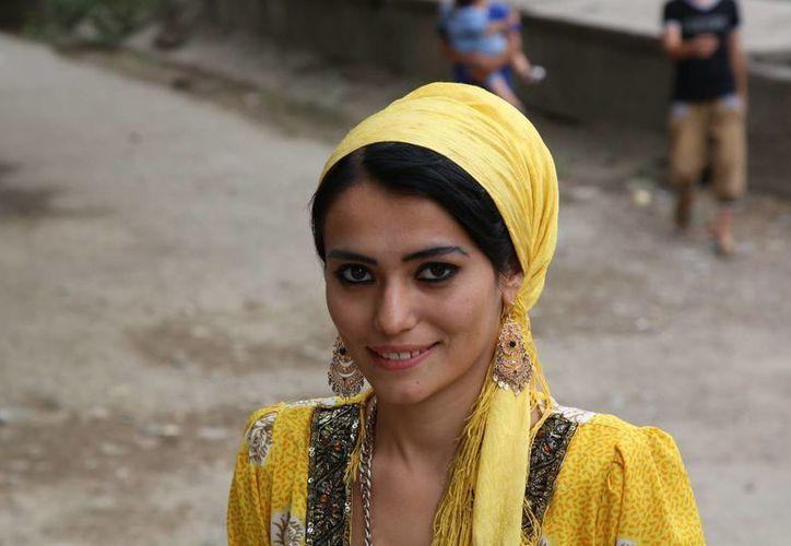 Foto de Munira Mirzoyeva, de 19 años, cerca de su hogar en Dushanbe, Tayikistán. La joven fue incluida en el Atlas de la Belleza, un compendio en línea cargado por un fotógrafo rumano sobre la diversidad de la belleza femenina en el mundo. (AP Foto/Peter Leonard)