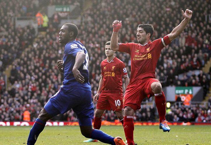Luis Suárez, que celebra uno de los dos goles que le hizo al Cardiff, impuso un nuevo récord de goleo en Liga Premier pese que se perdió los cinco primeros juegos de la temporada. (Agencias)