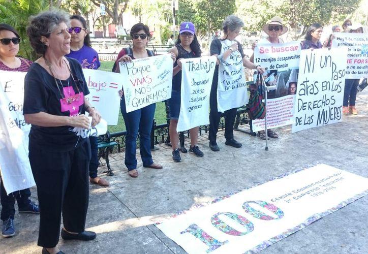 Un grupo de personas se manifestó en la plaza Grande de Mérida, para exhorta a todas la mujeres del mundo a dejar de realizar labores domésticas, a fin de demostrar la importancia de su trabajo, en el Día Internacional de la Mujer. (SIPSE)