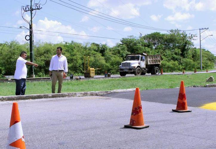 Javier Osante Solís, director del Incay, supervisa los trabajos en Ciudad Caucel, donde se construyen 12 pasos peatonales. (Milenio Novedades)