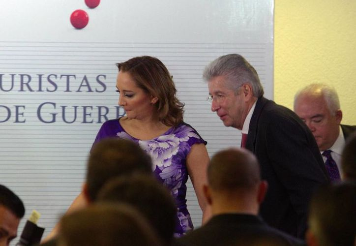 Gerardo Ruiz Esparza, titular de la SCT, y Claudia Ruiz Massieu, de Turismo, durante la conferencia para la Reactivación Económica de Guerrero, que incluye descuentos en aerolíneas. (Notimex)