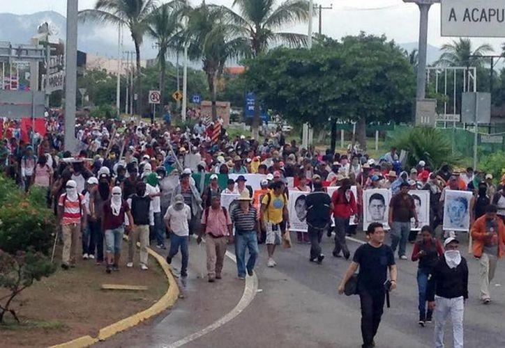 En la gráfica de las numerosas movilizaciones que se han dado desde hace meses en varias ciudades de México en apoyo a los parientes de normalistas desaparecidos y en protesta por la inseguridad que asola al país. (Foto de archivo de Notimex)