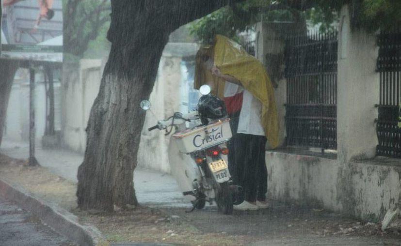 Yucatán tendrá una 'pobre' temporada de lluvias, pero habrá condiciones favorables para la formación de ciclones tropicales. La imagen es de contexto y corresponde a la lluvia que bañó este lunes la ciudad de Mérida. (Jorge Acosta/SIPSE)