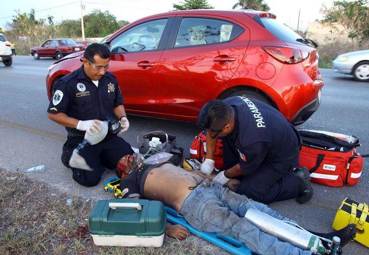 El hombre fue valorado por los paramédicos y llevado al hospital pues resultó con serias lesiones. (Martín González)