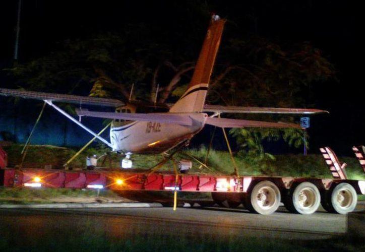 Las maniobras de rescate de la avioneta que aterrizó de emergencia fueron realizadas durante la madrugada de este miércoles. (Octavio Martínez/SIPSE)