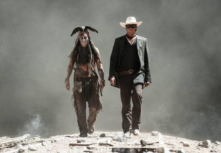 """Johnny Depp (i) como 'Tonto' (Toro en español) y Armie Hammer (d) """"El Llanero Solitario"""", no levantan el filme producido por Disney. (EFE/Disney Enterprises/Archivo)"""