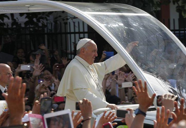 El papa Francisco saluda a los fieles durante su viaje por la ciudad antes de partir de Manila, Filipinas. (Agencias)