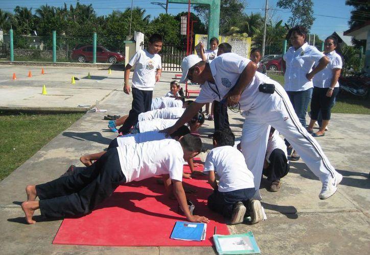 El trabajo de un maestro de educación física, busca desarrollar la motricidad del alumno. (Javier Ortiz/SIPSE)