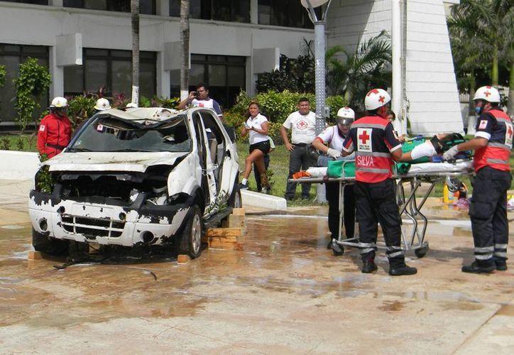 Paramédicos de la Cruz Roja Mexicana participaron ayer en un simulacro de rescate de lesionados en accidente automovilístico. (Julian Miranda/SIPSE)