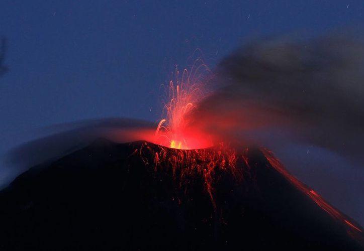 El coloso, ubicado en el centro de los Andes, también generó nubes de vapor y ceniza en las últimas horas. (EFE)