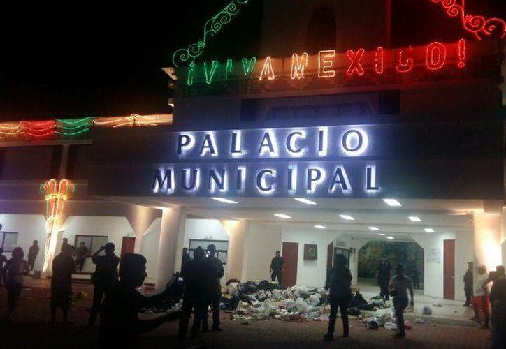 Habitantes de Playa del Carmen depositaron la noche de ayer sus bolsas de basura a las puertas del Palacio Municipal de Solidaridad. (Adrián Barreto/SIPSE)