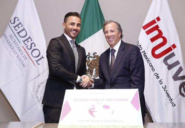 Fabio Cannavaro platica con el titular de Desarrollo Social sobre los detalles del programa 'Fútbol por la Inclusión'. (Notimex)