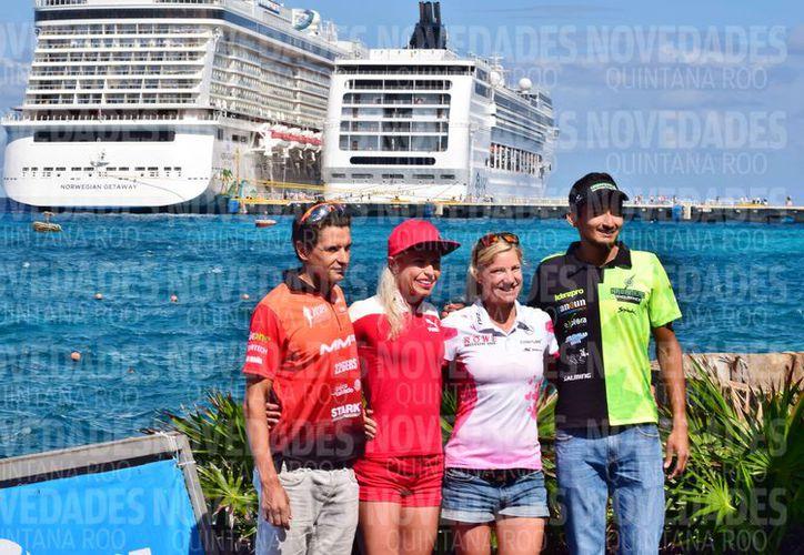 Iván Raña, Palmira Álvarez, Anja Beranek y Alan Carillo son parte de los triatletas de élite. (Gustavo Villegas/SIPSE)