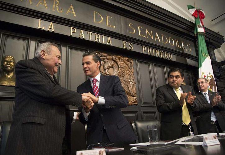 El presidente Enrique Peña  y el homenajeado Eraclio Zepeda Ramos, durante la ceremonia de premiación. (Milenio Novedades)