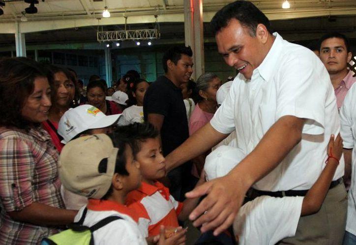 """El gobernador Rolando Zapata Bello saluda a los participantes de """"Bienestar en Vacaciones"""". (Milenio Novedades)"""