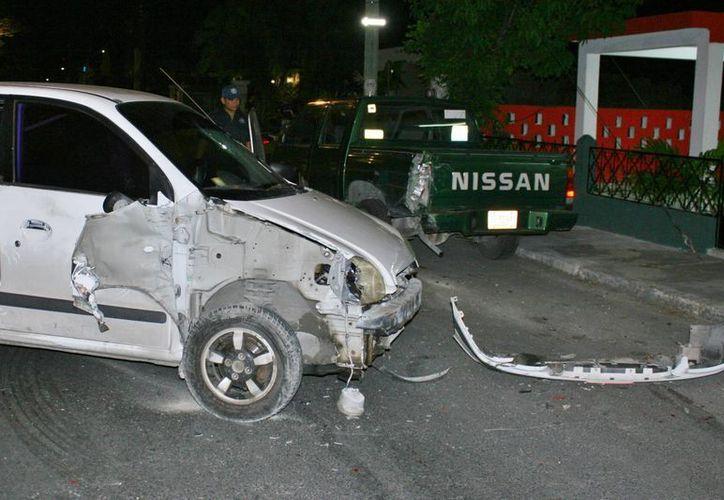 Durante los primeros minutos del viernes una mujer chocó su vehículo contra otro que estaba estacionado, propiedad del IQM.  (Redacción/SIPSE)