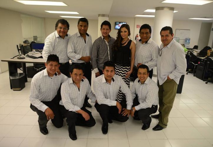 Integrantes de La Sonora Santanera, con María Fernanda, durante su visita a las instalaciones de Milenio Novedades. (Luis Pérez/SIPSE)
