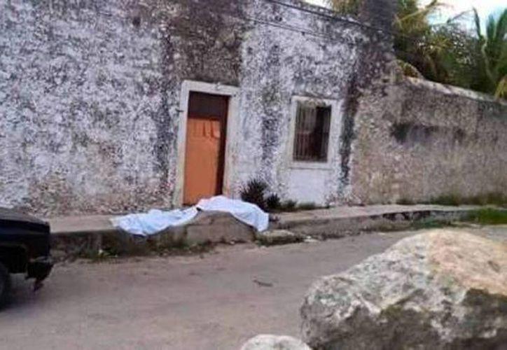 Imagen de una de las dos personas que fallecieron en una calle de Temax durante las elecciones de ayer. (Twitter@LaViejaGuardia)