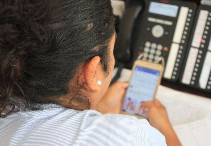 Según un estudio hecho por la SCT, en Quintana Roo, las mujeres son quienes más recurren a las App para conseguir pareja. (Daniel Tejada/SIPSE)