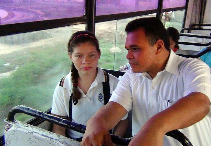 El gobernador Rolando Zapata con la estudiante Anahí Pérez. (SIPSE)