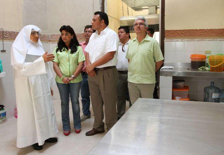 Este sábado, el gobernador Rolando Zapata entregó camas y sillas de ruedas al asilo Burnet Celarain. (Cortesía)