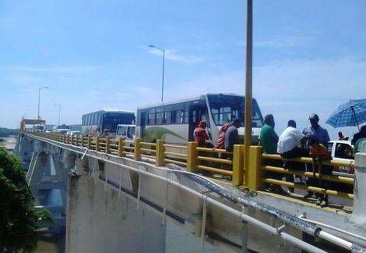 La carretera Costera del Golfo, en el tramo que va de Catemaco a San Andrés Tuxtla, fue bloqueada para pedir la liberación de Wilfrido Reyes Martínez, y cuatro miembros de la OGAI. (Archivo Milenio)
