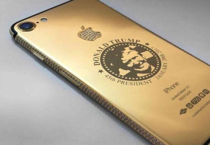 El primer teléfono con la cara del presidente electo fue encargado por una clienta de China, dice la tienda Goldgenie. (Foto tomada de Goldgenie.com)