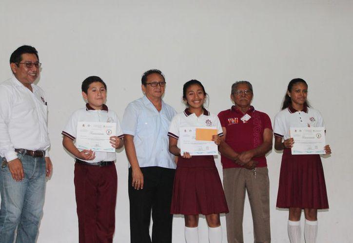 Entregaron reconocimientos a los alumnos que ganaron el concurso. (Raúl Balam/SIPSE)