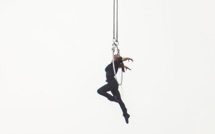 Con este logro, venció el récord de su marido que estuvo colgado de la boca unos 75 metros por encima de un parque de diversiones. (Foto: AOL)