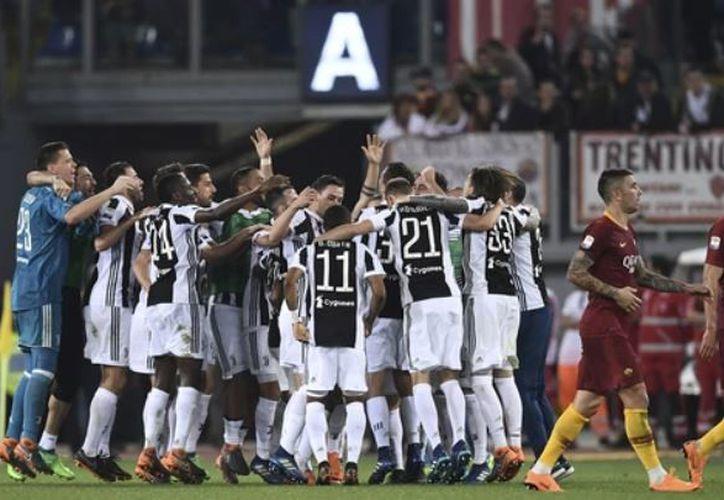 Juventus se convirtió en el primer club italiano en ganar el Scudetto-Coppa, en cuatro temporadas consecutivas.  (Reuters)