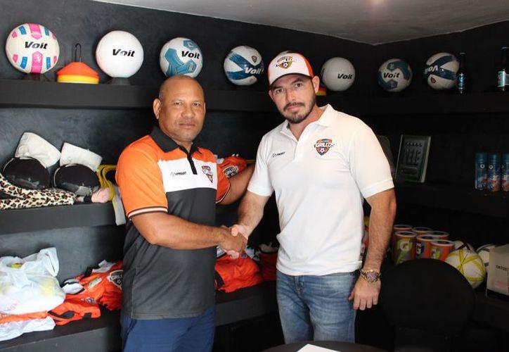 El flamante estratega de Tigrillos con el presidente del club, Gonzalo Hidalgo; se espera dejar atrás la racha negativa. (Miguel Maldonado/SIPSE)