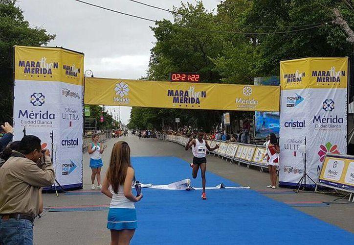 El keniano Julius Keter (foto) superó por 17 segundos al africano Simón Njoroge, quien se tuvo que conformar con el segundo puesto. (Marco Moreno/Milenio Novedades)