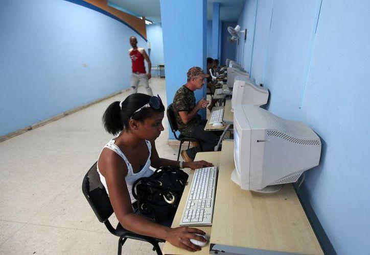 Varias personas acceden a iternet en una sala de navegación, en La Habana (Cuba). (Archivo/EFE)