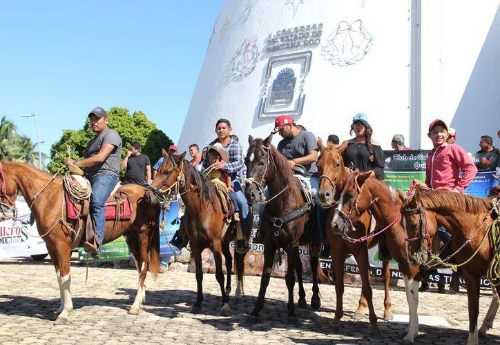 Los manifestantes se dieron cita en el Museo de la Cultura Maya y caminaron hasta el Congreso donde expresaron su malestar. (Joel Zamora/SIPSE)