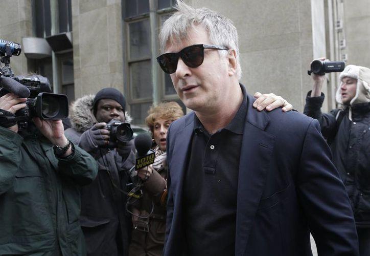 Imagen de archivo del 2013, donde se ve al l actor Alec Baldwin salir de un tribunal en Nueva York. (Agencias)