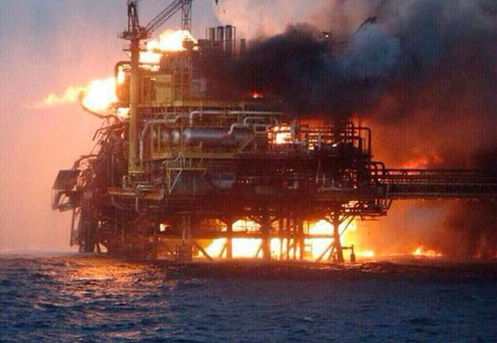 El incendio de la plataforma Abkatun, en la Sonda de Campeche, obligó a trabajadores a lanzarse, sin pensar, a las aguas del golfo de México. El saldo del accidente fue de 4 muertos y 16 heridos. (SIPSE)