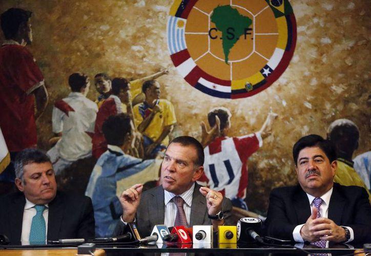 Juan Angel Napout, presidente de la Conmebol durante una conferencia de prensa en Paraguay la semana pasada. (Foto: AP)