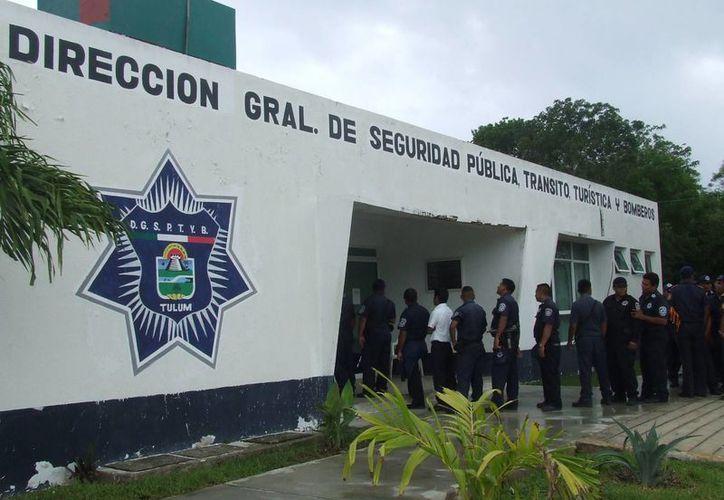 Elementos policíacos acudieron para los exámenes de control de confianza. (Rossy López/SIPSE)