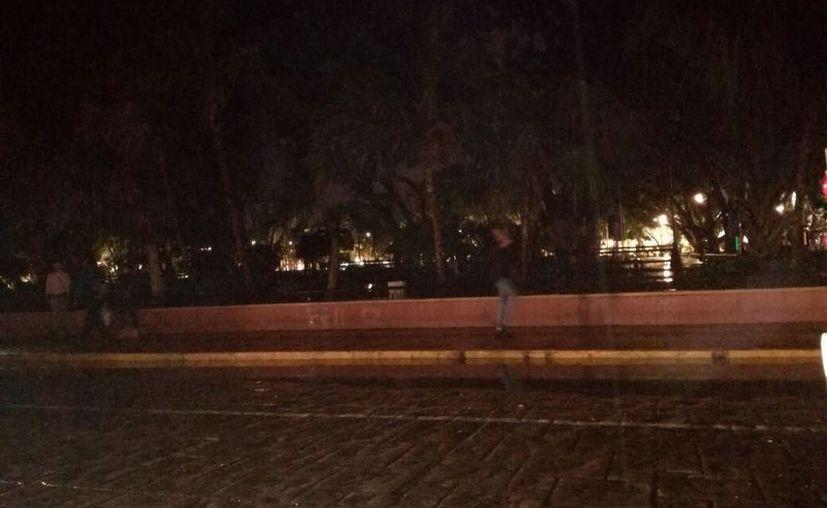 La Plaza Grande lució totalmente a oscuras. Ni los semáforos funcionaban. (Milenio Novedades)