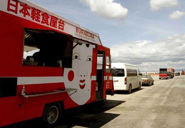 Los foodtrucks son uno de los formatos de negocios de alimentos que han florecido como respuesta a la falta de servicios alrededor de la planta de Kia en Pesquería, Nuevo León. (Milenio)