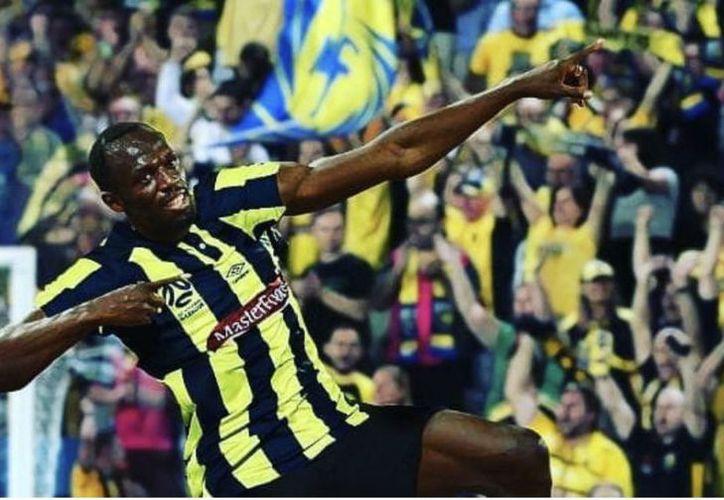 Usain Bolt anotó los dos primeros goles de su carrera como futbolista profesional.  (AFP)