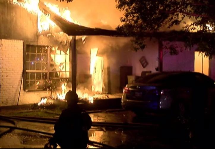 El incendio comenzó en una casa de dos pisos alrededor de las 04:00 horas locales. (@MetroHoustonTX).