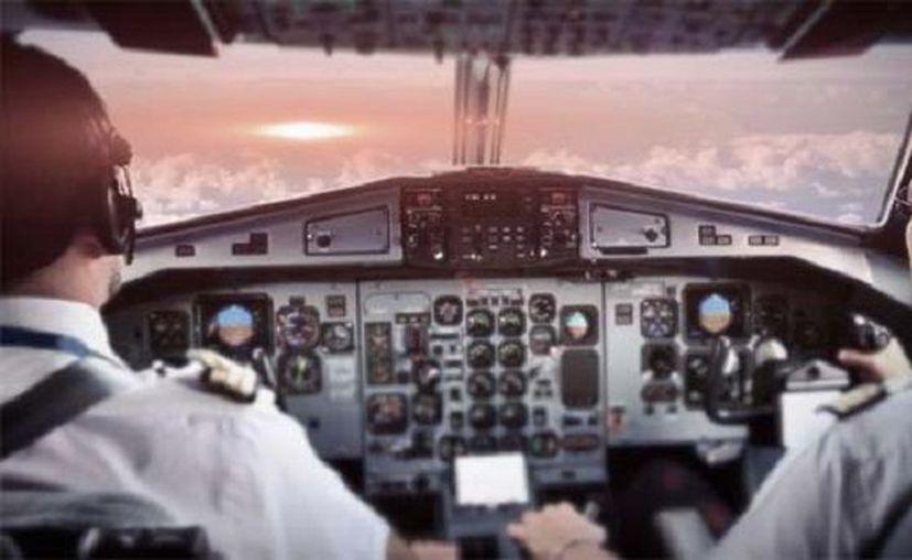 Tres pilotos de aerolíneas diferentes reportaron haber visto objetos luminosos pasar a gran velocidad durante sus vuelos. (guioteca.com)