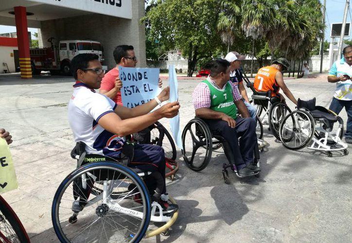 Los integrantes del equipo de baloncesto Pioneros de Chetumal pidieron apoyo para, por lo menos, cambiar las llantas a las sillas. (Foto: Alejandra Carrión / SIPSE)